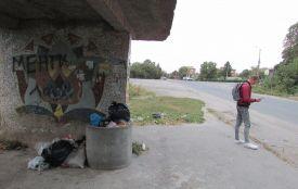 На автобусній зупинці зробили сміттєзвалище
